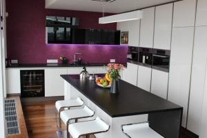 Kuchyně INFINI - DALIA Lak vysoký lesk PLUS/černé sklo/kámen - bezúchytková