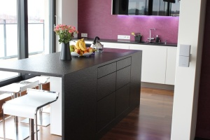 Kuchyně INFINI - DALIA Lak vysoký lesk PLUS/černé sklo/kámen - bezúchytková (2)