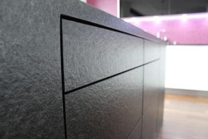 Kuchyně INFINI - DALIA Lak vysoký lesk PLUS/černé sklo/kámen - bezúchytková (detail1)