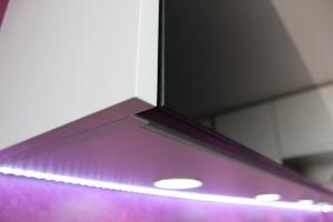Kuchyně INFINI - DALIA Lak vysoký lesk PLUS/černé sklo/kámen - bezúchytková (detail4)
