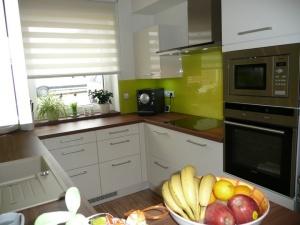 Kuchyně INFINI - DALIA/Lak vysoký lesk BASIC/obklad sklo