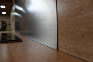 Kuchyně INFINI - SALSA lamino - ořech dijon/obklad umakart - Travertin (detail2)