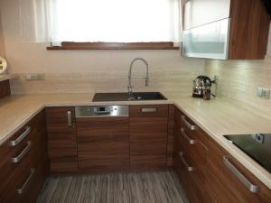 Kuchyně INFINI - SALSA lamino - ořech dijon/obklad umakart - Travertin