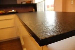 Kuchyně INFINI - DALIA vysoký lesk PLUS komb. SALSA lamino SPECIAL - ironwood tabák/ obklad sklo/ kámen NERO ASSOLUTO pat. (detail2)
