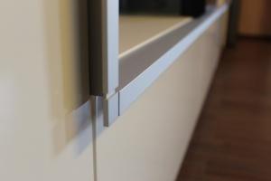 Obývací stěna GWINNER Partout - Lak vysoký lesk Magnolia / Lamino SPECIAL ironwood tabák (detail)