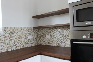 Kuchyně INFINI - DALIA Fólie vysoký lesk - bílá/ Lamino - Ořech Dijon/ Pracovní deska HPL 38 mm - Ořech Dijon