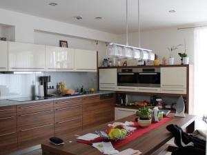 Kuchyně INFINI - NIKÉ Akrylát lesk (krémová bílá) / Lamino (ořech Dijon - sdružení let), obklad sklo, pracovní deska Umakart