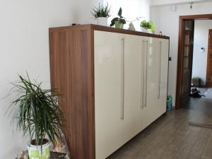 Kuchyně INFINI - NIKÉ Akrylát lesk (krémová bílá) / Lamino (ořech Dijon), obklad sklo, pracovní deska Umakart