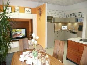 Obývací stěna GWINNER, Kuchyňská linka BALLERINA a jídelní sestava WÖSSNER