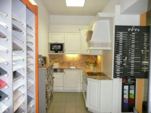 Kuchyně INFINI - RONDO Masiv dub póry, obklad a deska kámen