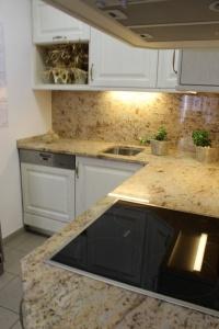 Kuchyně INFINI - RONDO Masiv dub póry - smetanová, pracovní deska kámen