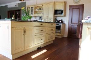 Kuchyně KYDLÍČEK - Rustikální masivní kuchyně - dub póry, smetanová / pohledové boky a sokl z dýhy - dub bělený / Pracovní deska kámen