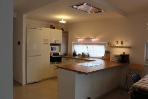 Kuchyně BALLERINA - 1251 Premiumweiss glänzend (bílá lesk), pracovní deska Castell-Eiche-Nachbildung