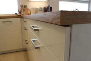 Kuchyně BALLERINA - 1251 Premiumweiss glänzend (bílá lesk), pracovní deska Castell-Eiche-Nachbildung - detail