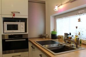 Kuchyně BALLERINA - 1251 Premiumweiss glänzend (bílá lesk), pracovní deska Castell-Eiche-Nachbildung - detail3