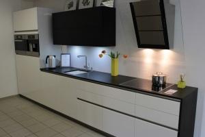 Kuchyně INFINI - DALIA Lak vysoký lesk, bez úchtková, dřez Blanco Subline 375-U keramický, pracovní deska Technistone