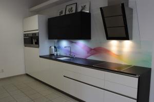 Kuchyně INFINI - DALIA Lak vysoký lesk, bez úchtková, dřez Blanco Subline 375-U keramický, pracovní deska Technistone, obklad dekorované sklo London Glass