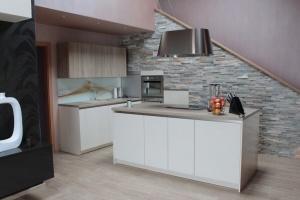 Kuchyně Ballerina - GL 3450 lak vysoký lesk /GL 1276 lamino Chateau Eiche