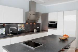 Kuchyně na míru INFINI - DALIA Lak vysoký lesk BASIC (RAL.9001) - bezúchytková, obklad a pracovní deska Polyform S7959