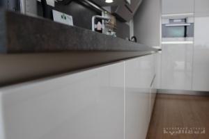 Kuchyně na míru INFINI - DALIA Lak vysoký lesk BASIC (RAL.9001) - bezúchytková (detail1)
