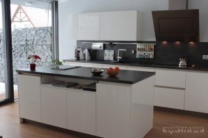 Kuchyně na míru INFINI - DALIA Lak vysoký lesk BASIC (RAL.9001) - bezúchytková