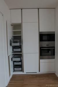Kuchyně na míru INFINI - DALIA Lak vysoký lesk BASIC - bezúchytková, anglické zásuvky v potravinové skříni