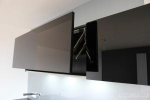 Kuchyně na míru INFINI - DALIA Lak vysoký lesk BASIC - bezúchytková, horní skříňky černé sklo, obklad sklo