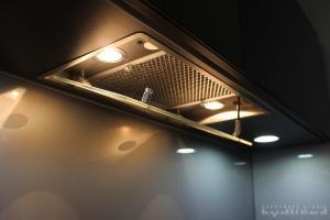 Kuchyně na míru INFINI - DALIA Lak vysoký lesk BASIC - bezúchytková, horní skříňky černé sklo, obklad sklo, odsavač Gutmann Lano