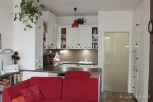 Kuchyně na míru INFINI - ILIONA Fólie mat bílá, pracovní deska a obklad umakart (valentino hlinité)