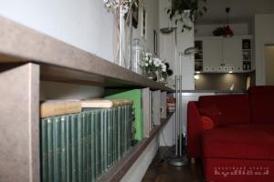 Kuchyně na míru INFINI - ILIONA Fólie mat bílá, pracovní deska a obklad umakart (valentino hlinité) - detail
