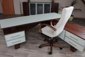 Stůl kombinace macassar / sklo magnolie, kancelářská židle s područkami. V pozadí skříň na míru INFINI - Salsa Lamino (macassar)/sklo PLUS III ( satinato)