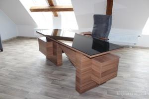 Stůl kombinace ořech dijon / sklo černá, kancelářská židle s područkami.