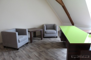 Stůl kombinace macassar / sklo Lemon Green, kancelářská židle s područkami, křesílka Ponsel a stolek macassar