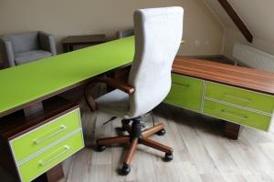 Stůl kombinace macassar / sklo Lemon Green, kancelářská židle s područkami