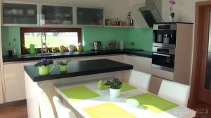 Kuchyně na míru INFINI - DALIA Lak vysoký lesk BASIC, bezúchytková, oklad sklo, pracovní deska kámen - Nero Assoluto patina tl.6cm