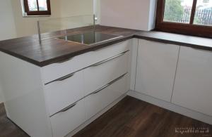 Kuchyně Nobilia - Lux, lak vysoký lesk, dřez Blanco, pracovní deska umakart - Kmenový dub
