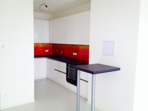 Kuchyně na míru INFINI - DALIA Lak vysoký lesk BASIC - bezúchytková, deska kámen Nero Assoluto pat., obklad sklo