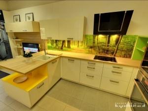 Kuchyně INFINI - Akrylát bílá krémová lesk, pracovní deska Coco bolo