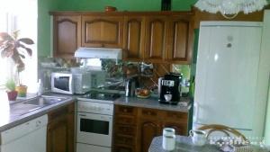 Starší kuchyně s masivními dvířky